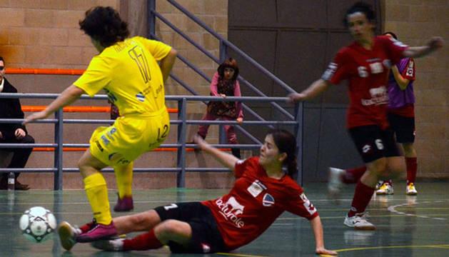 Bea Mateos pelea por el balón con una rival