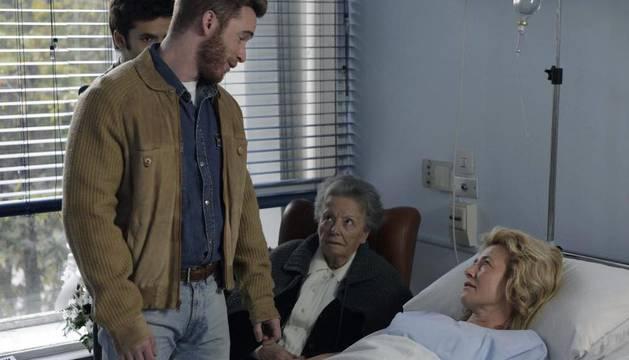 En la nueva entrega de la exitosa ficción de La 1, la matriarca de los Alcántara ha estado a punto de dejar la quimioterapia a la que se somete tras enterarse de su grave enfermedad