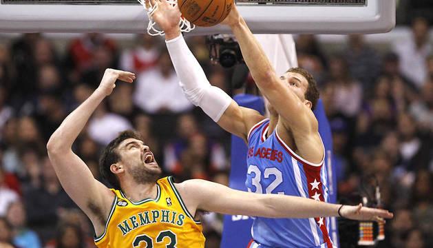 El pívot español de Memphis Grizzlies, Marc Gasol (izda.) trata de frenar al jugador de Los Ángeles Clippers, Blake Griffin (dcha.)
