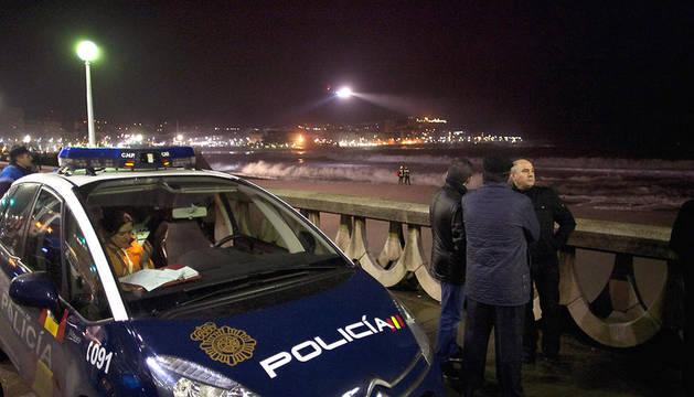 Cuatro personas, supuestamente un joven que se metió en el agua para nadar y tres policías que acudieron a auxiliarle, desaparecieron en la playa coruñesa del Orzán