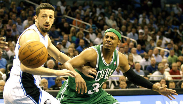 El jugador turco de Orlando Magic, Hedo Turkoglu (izda.) intenta obstaculizar al alero de Boston Celtis, Paul Pierce (dcha.)