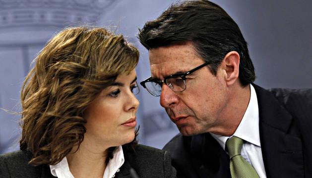 El ministro de Industria, Cristóbal Soria, junto a  Soraya Saenz de Santamaría tras el Consejo de Ministros