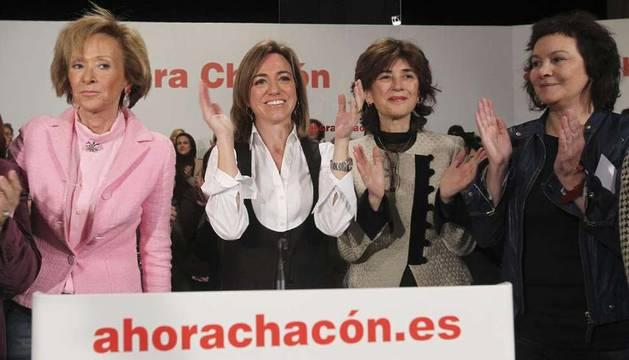 Carme Chacón junto a la exvicepresidenta del Gobierno, María Teresa Fernández de la Vega, y otras mujeres durante su intervención