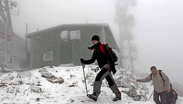 A primera hora de la tarde de este sábado, la nieve cubría la carretera de Burguete, el Alto de Ibañeta o la Higa de Monreal