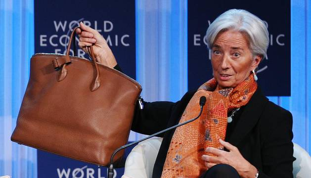 Christine Lagarde, presidenta del FMI, enseña su bolso durante el Foro Económico Mundial en Suiza