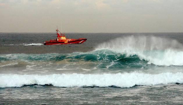 La lancha de Salvamento Marítimo trabaja en las labores de búsqueda de los policías desaparecidos