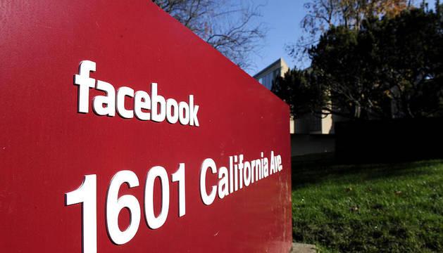 Foto de archivo de enero de 2011 que muestra la entrada de la red social Facebook en Palo Alto, California