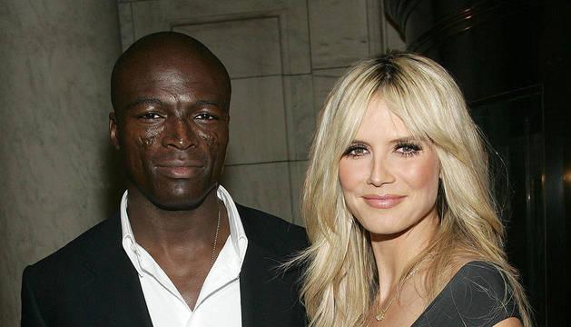 La pareja compuesta por Heidi Klum, embarazada, y el cantante Seal en una imagen de 2006