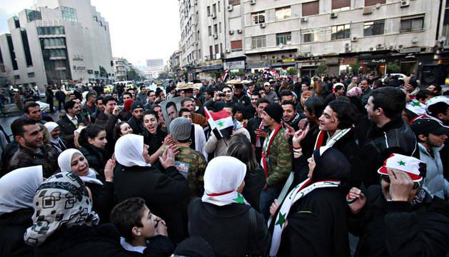 Partidarios del presidente sirio, Bachar al Asad, participan en una manifestación de apoyo al régimen