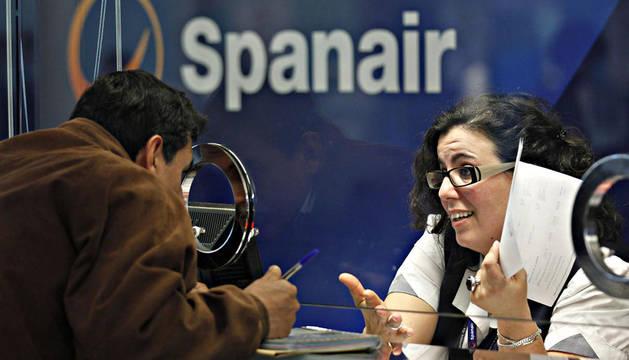 Un pasajero reclama en la ventanilla de Spanair del aeropuerto de El Prat en Barcelona