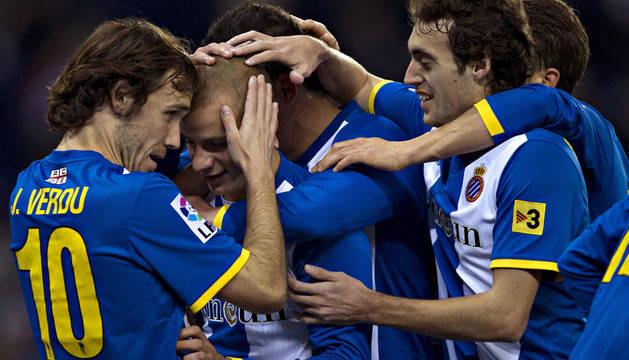 - El centrocampista eslovaco del Espanyol Vladimir Weiss, en el centro, celebra su gol con sus compañeros