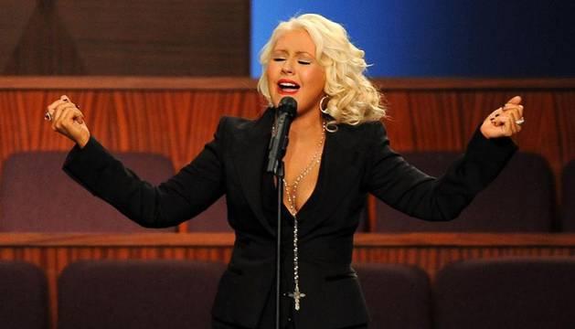 La cantante Christina Aguilera canta durante el fineral de la artista Etta James