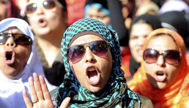 Mujeres egipcias se manifiestan para exigir a la Junta Milita que abandone el poder, en El Cairo