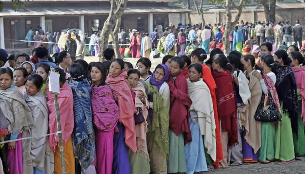 Una multitud de mujeres esperan para ejercer su derecho al voto en el estado de Manipur (India)