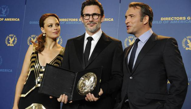 Michel Hazanavicius, en el centro, posa junto a Jean Dujardin (dcha.) y Berenice Bejo en la 64 entrega del permio del Sindicato de Directores Estadounidenses