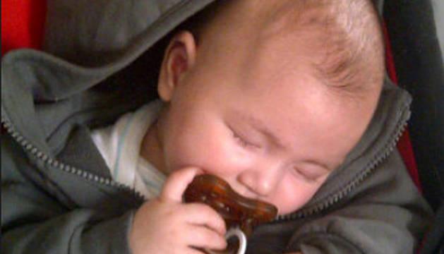 El hijo de Fonsi Nieto, Lucas, en una imagen que colgó su padre en Twitter