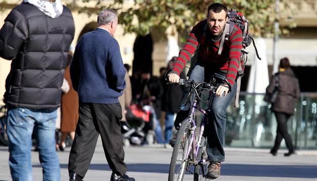 Imagen de un joven en bicicleta por las calles de Pamplona