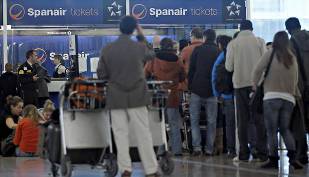 Cola de pasajeros para poner su reclamación en el aeropuerto de Barcelona
