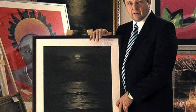 El director de la agencia de subastas Darte, Jaroslav Krajnak, muestra el cuadro
