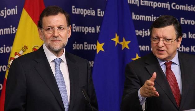El presidente de la Comisión Europea, José Manuel Durao Barroso (d) y el presidente del Gobierno español, Mariano Rajoy