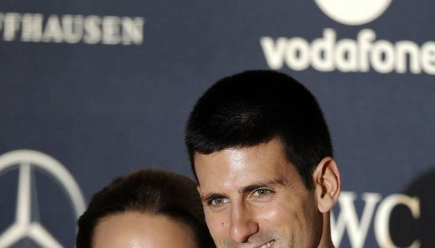 El tenista serbio Novak Djokovic y su novia Jelena Ristic llegan a la ceremonia de entrega de los premios Laureus del deporte