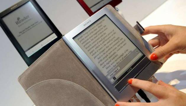 Una persona lee un libro electrónico
