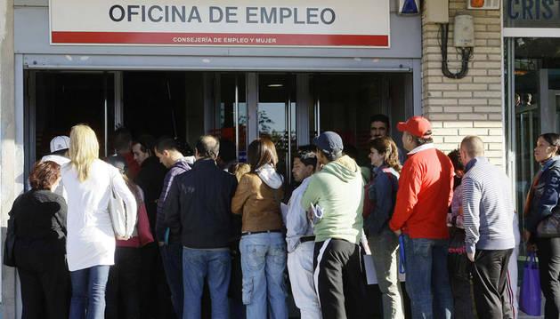Colas ante una oficina de empleo en Madrid