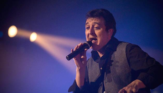 El músico y cantante Manolo García, durante su actuación esta noche en el Auditorio de Roquetas, donde inicia su