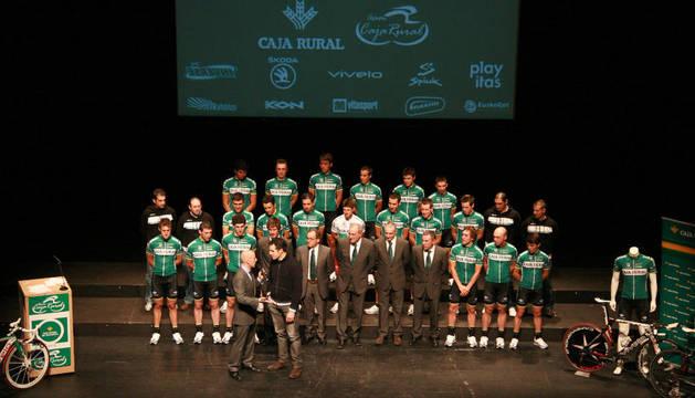Miguel Induráin subió al escenario para pedir la participación del Caja Rural en la próxima Vuelta a España