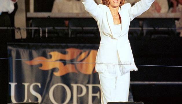 La cantante norteamericana Whiteny Houston falleció a los 48 años en un hotel de Beverly Hills. La artista tuvo una vida marcada por el éxito profesional que se vino abajo debido a un tumultuoso matrimonio así como por sus problemas de adicción.