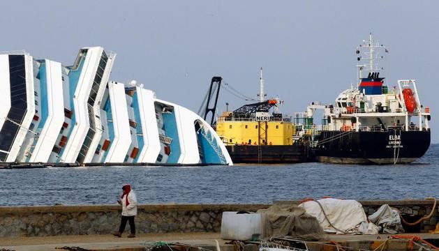 Extrayendo fuel del Costa Concordia