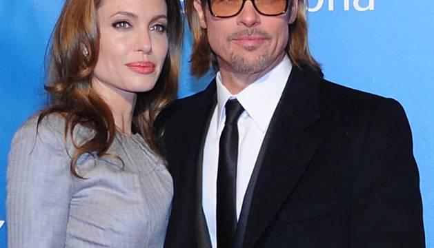 Angelina Jolie, junto a Brad Pitt, en la presentación de su debut como directora en Berlín