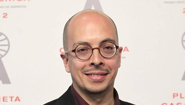 El escritor mexicano Jorge Volpi posa ante la prensa tras recibir este martes el Premio Iberoamericano Planeta-Casa de América