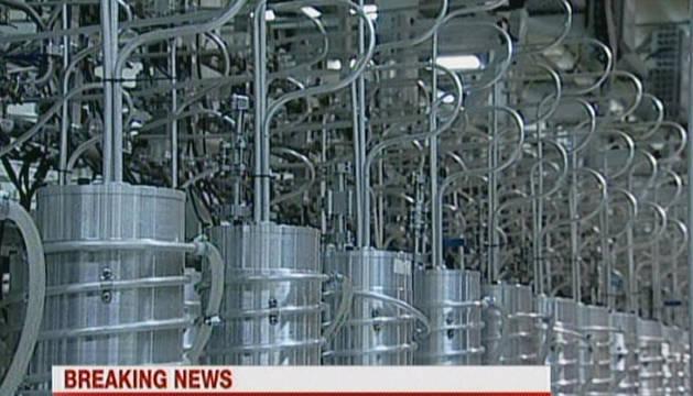 Imágenes emitidas, en su mayuoría, por la televisión estatal iraní (IRIB) de la planta nuclear de Natanz. El presidente de Irán, Mahmud Ahmedineyad, colocó este miércoles la primera placa de combustible nuclear de fabricación nacional en el reactor de investigación de uso médico de Teherán. EFE