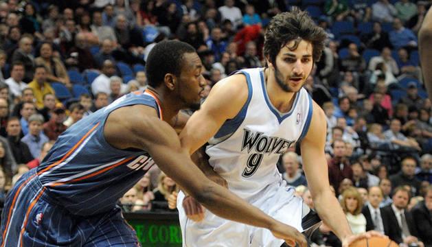 El jugador de los Timberwolves de Minnesota, el español Ricky Rubio, controla la bola ante Kemba Walker de los Bobcats de Charlotte