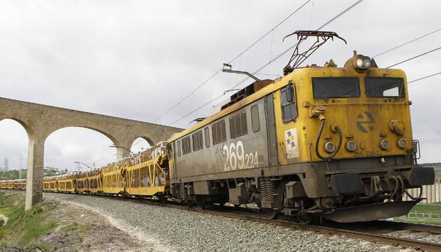 Un tren de mercancías transporta polos de la fábrica Volkswagen fuera de Navarra