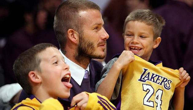 David Beckham, con sus hijos mayores, en un partido de baloncesto.