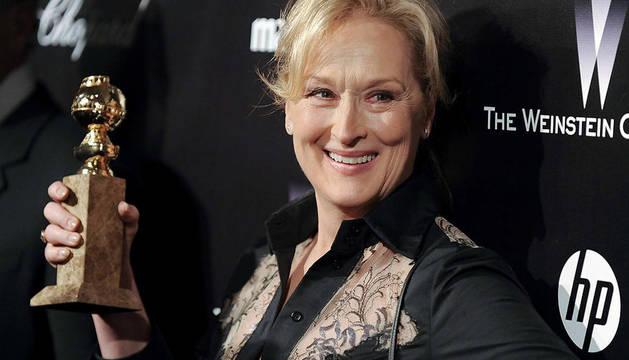 Meryl Streep enseña el Globo de Oro a mejor actriz