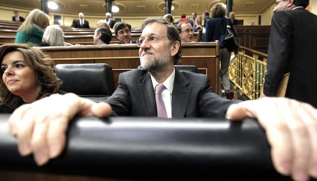El presidente del Ejecutivo, Mariano Rajoy, y la vicepresidenta Soraya Sáenz de Santamaría, al comienzo de la sesión de control al Gobierno que se celebra en el Congreso.