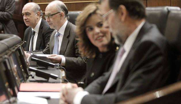 Los ministros de Interior, Jorge Fernández Díaz (izda.), y Hacienda, Cristóbal Motoro (2º izda.), en una sesión de control al Gobierno en el Congreso, a la que también asisten Mariano Rajoy y la vicepresidenta vicepresidenta Soraya Sáenz de Santamaría