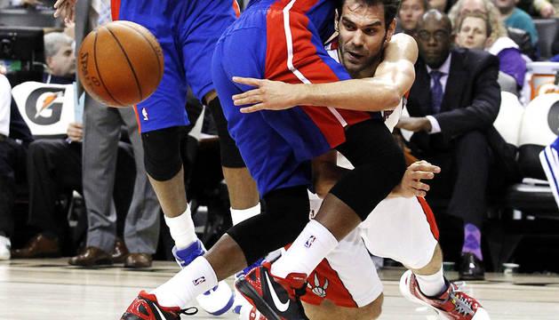 El base español José Manuel Calderón realiza un espectacular pase ante la oposición del jugador de Detroit Pistons, Walker Russell
