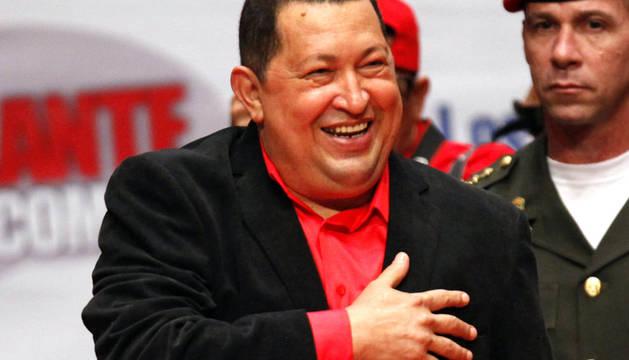El presidente venezolano, Hugo Chávez, sonríe en un acto con miembros de su partido en el teatro Teresa Carreño de Caracas