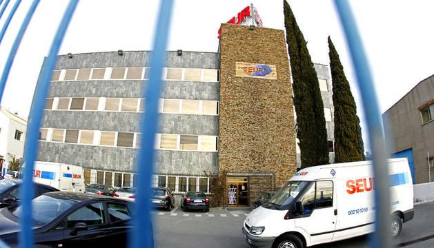 Sede central de la empresa Seur, situada en el número 1 de la carretera de Villaverde a Vallecas, en Madrid, donde una banda de encapuchados armada con pistolas cometió un robo millonario empotrando una furgoneta en el edificio