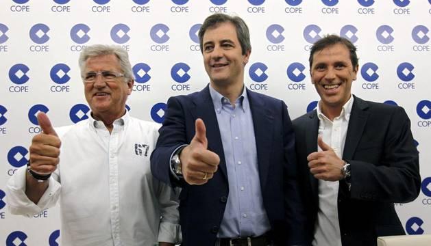 Los periodistas, de izda a dcha, Pepe Domingo Castaño, Manolo Lama y Paco González, parte del equipo de la sección de Deportes de la Cadena COPE.