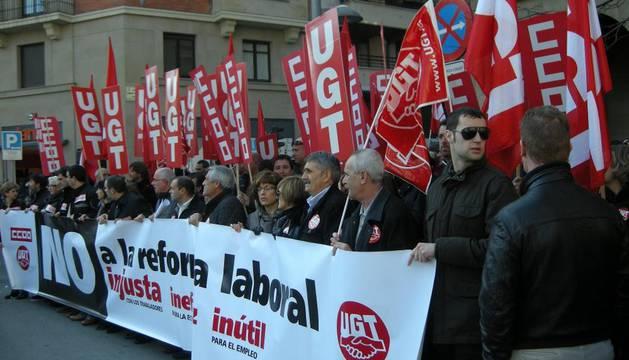 En la protesta de CC OO y UGT, este miércoles, ante la Delegación