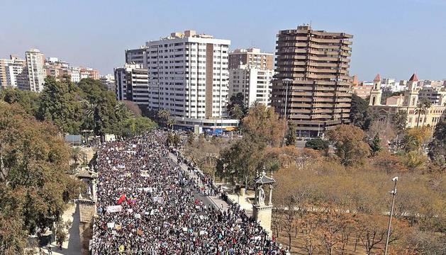 Decenas de miles de estudiantes salieron a las calles de Barcelona y de otras ciudades españolas este miércoles para protestar contra los recortes impuestos por el gobierno.Las manifestaciones han provocado varios incidentes violentos.