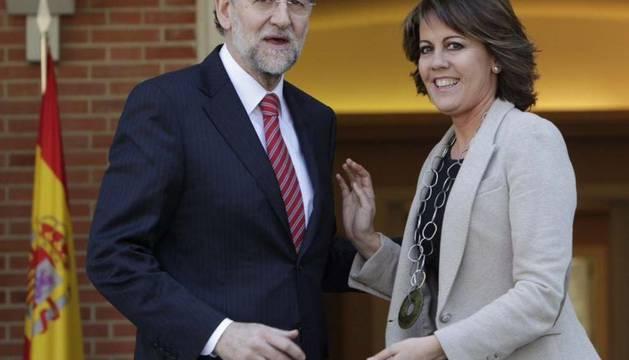 El jefe del Gobierno, Mariano Rajoy, saluda a la presidenta de Navarra, Yolanda Barcina, a quien ha recibido este miércoles en el Palacio de la Moncloa