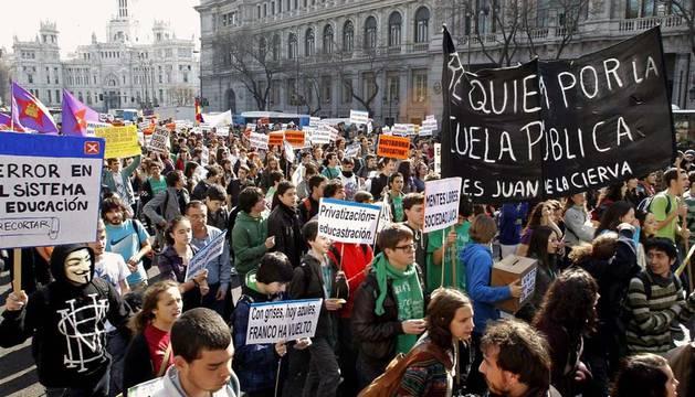 Cientos de estudiantes de las universidades e institutos madrileños han iniciado poco antes de este mediodía una marcha de protesta