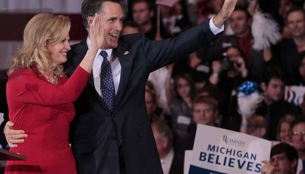 El exgobernador de Massachusetts y aspirante presidencial republicano Mitt Romney (d) saluda a sus seguidores junto a su esposa, Ann (i)