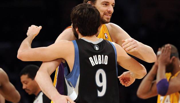 Ricky y Gasol se saludan antes del partido